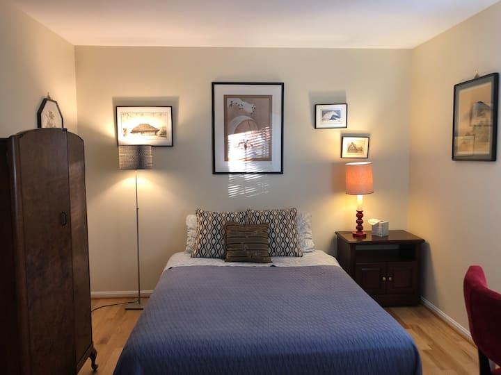 Beautiful room queen size bed/1.5 bath.