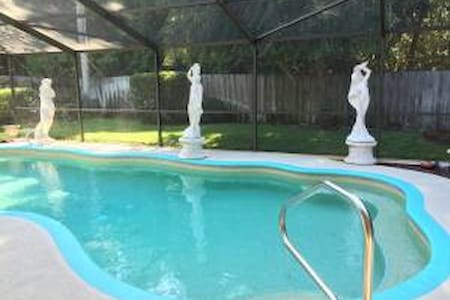 Stunning 3 Bedroom Private Poolside - Rockledge