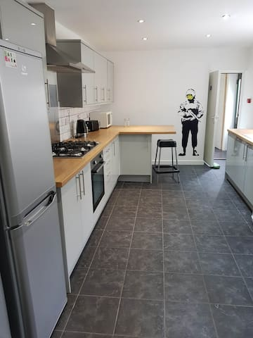 Large modern 6 bedroom town house, central