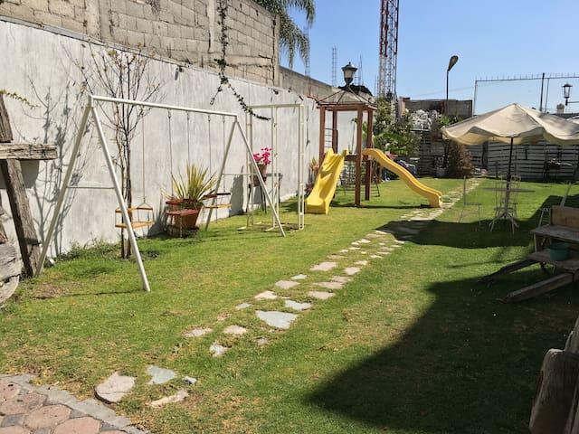 Juegos infantiles (columpios, resbaladillas, canasta de básquetbol).
