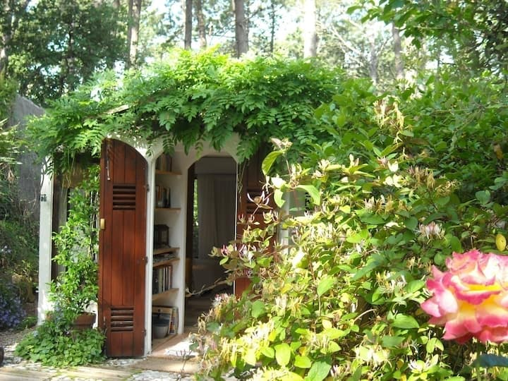 Cabanon des Glycines with garden & pool