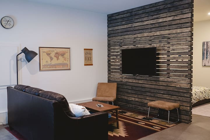 living area, Large TV