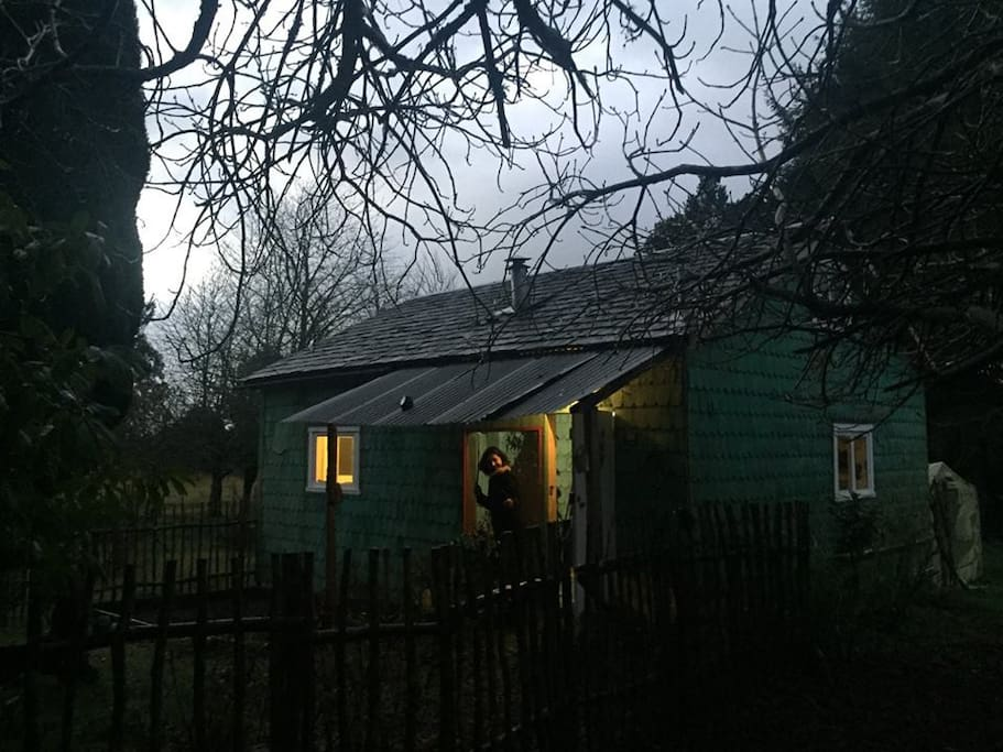 La cabaña tiene agua de pozo y luz eléctrica. Por la noche es extremadamente silencioso/ The cottage has water from a well an electric light. At night is extremely quiet.