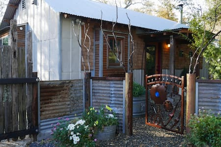 Horton farm cottage located on 40 acres.