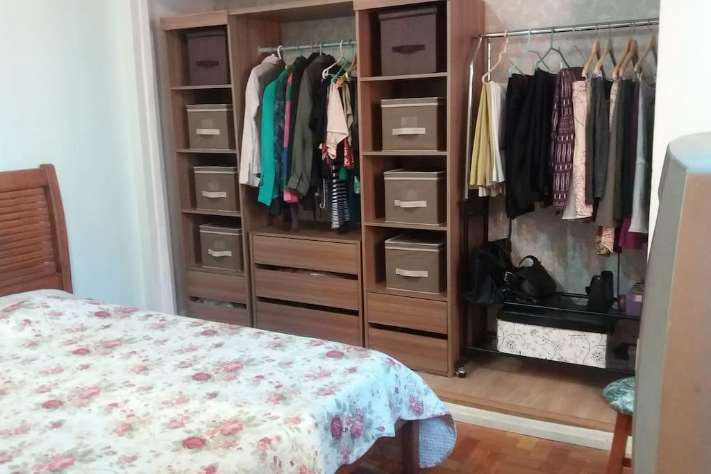 Closet com cabides e gavetas para uso dos hóspedes