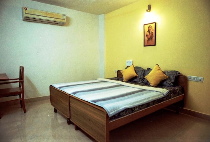 DLX APARTMENT in POSH STERLING ROAD -MASTER BED