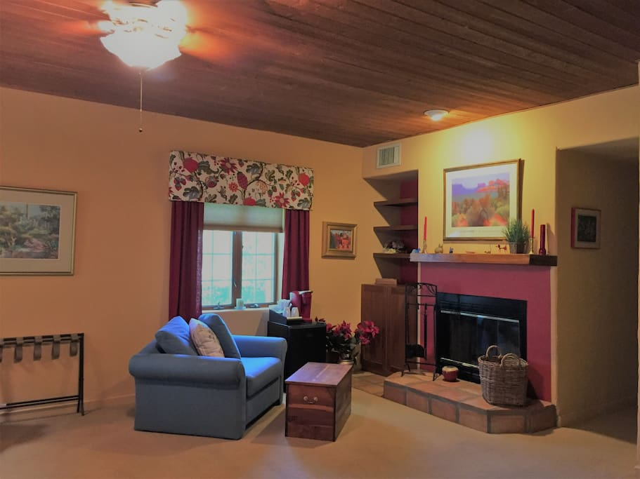 Mourning Dove Suite amenities including single, fold out sofa, fireplace, fridge and coffee maker.