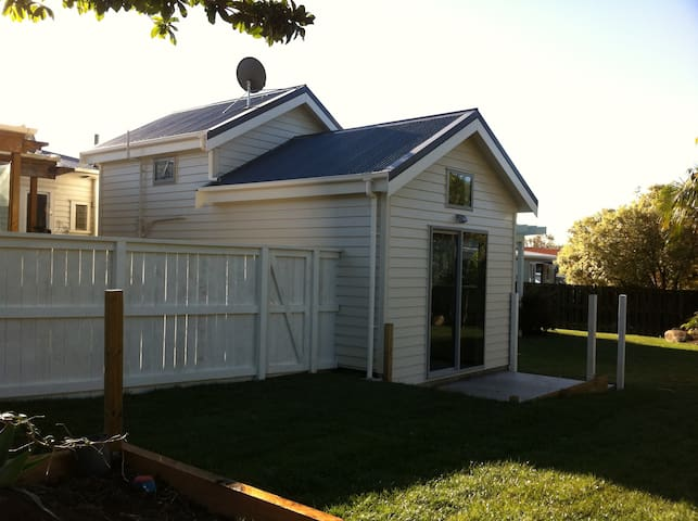Your own loft style cottage by the zoo and park! - Auckland - Casa
