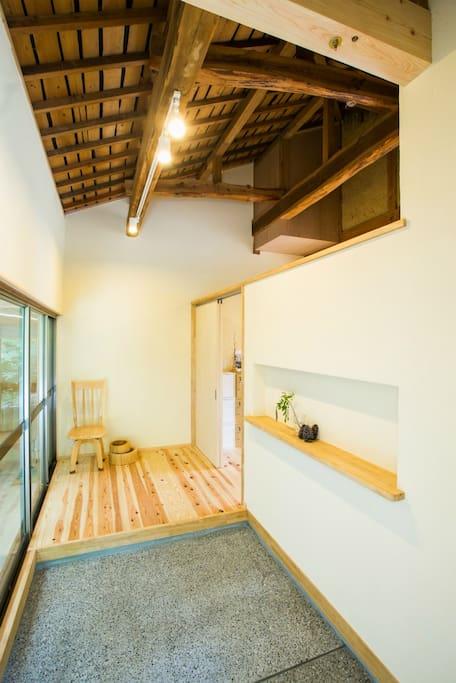 広い玄関は、日本家屋の梁と、木組みを活かしたデザインになっています。 The spacious entrance that is wooden Japanese traditional design.