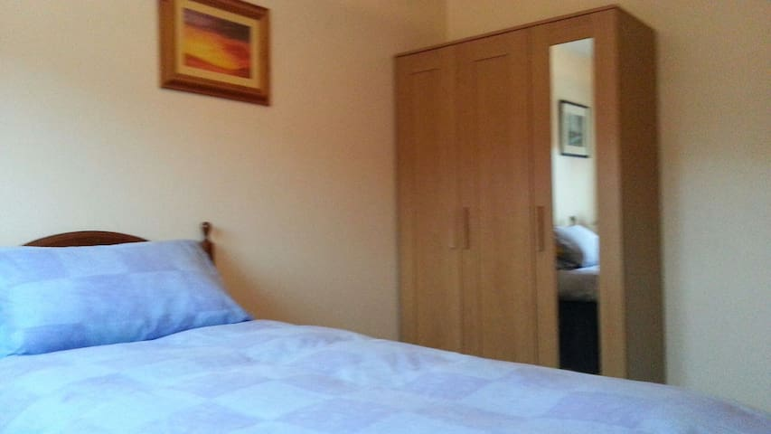 Spacious room with single bed