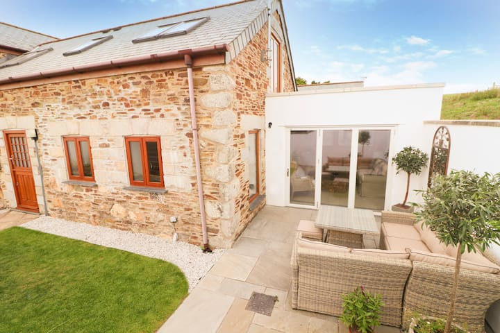 Beautiful barn conversion, footpath to the beach
