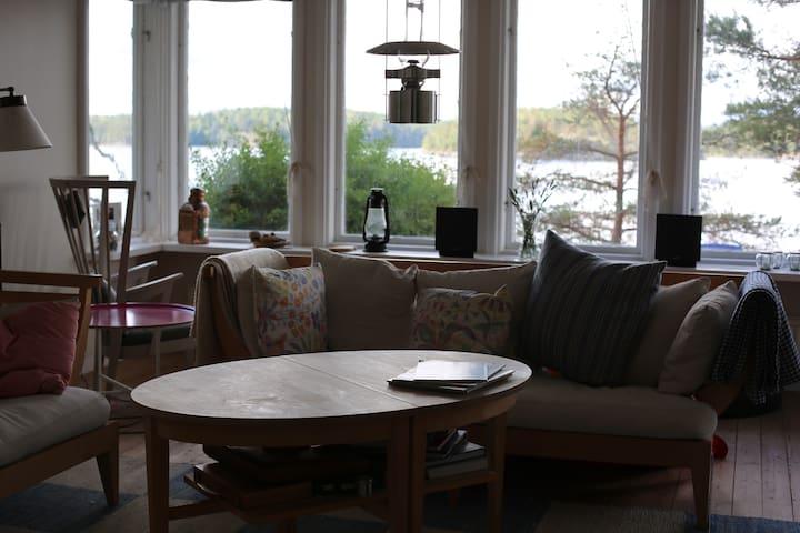 Vardagsrum med fantastisk utsikt och öppen spis