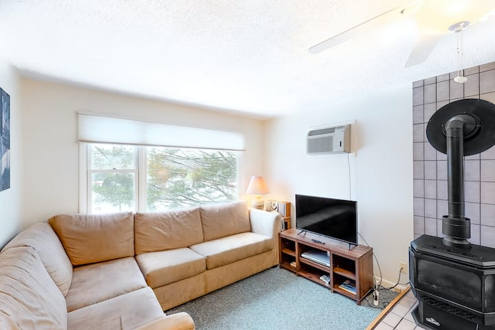 Lovely mountain home w/shared hot tub & pool, washer/dryer, free WiFi, fireplace