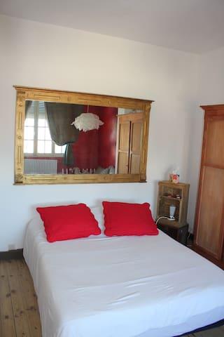 2 chambres (6O E une) et salle de bains partagée - Marseille