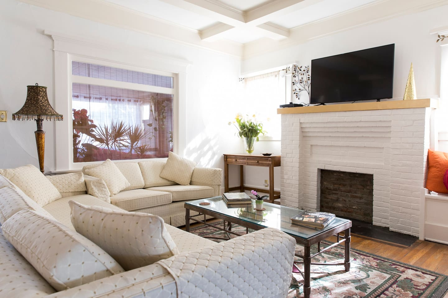 Comfortable livingroom with cable TV and movie channels (Now with new air conditioning)