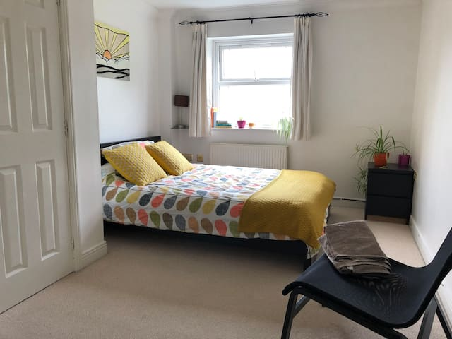 Large double room, En-suite bathroom, town centre