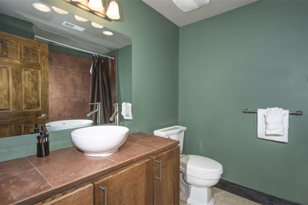 Quandary Bathroom, shared with Evergreen Room if a cross booking exists.  We encourage families to book both or all three rooms for ideal privacy and comfort concerns.