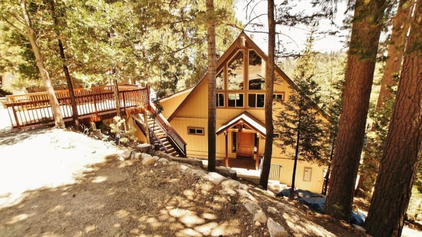 Birds Nest in Lake Arrowhead - Hot Tub, WiFi, and Golf Course Views!