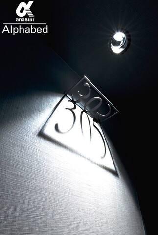 お部屋の番号は影を用いたアートで表示をしています
