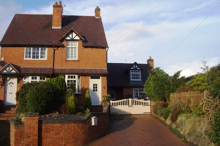 Beautiful self-contained Annexe in rural village - Bournheath - 一軒家