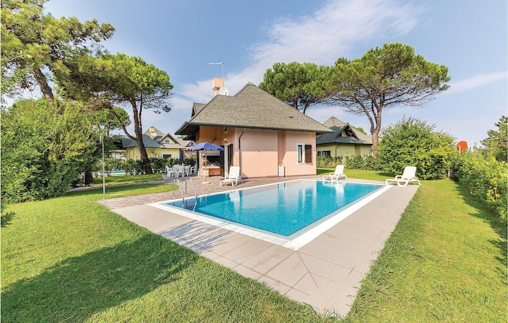Awesome home in Albarella RO with 3 Bedrooms, Outdoor swimming pool and Outdoor swimming pool