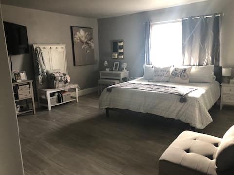 Farmhouse style w/ lux king bed & cont breakfast