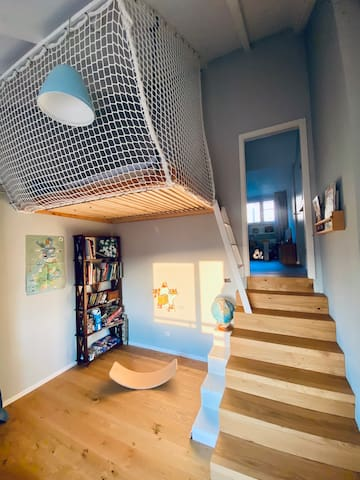 Boys room with a high plateau and a 180x200 cm mattress. It will feel like sleeping in a tree house.