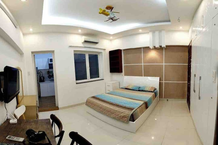 1BR Serviced Apartment near district 1 (Smiley 8)