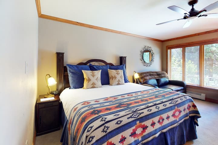Ski-in/out, lodge-style studio w/ high-speed WiFi, shared pool/hot tubs/laundry!