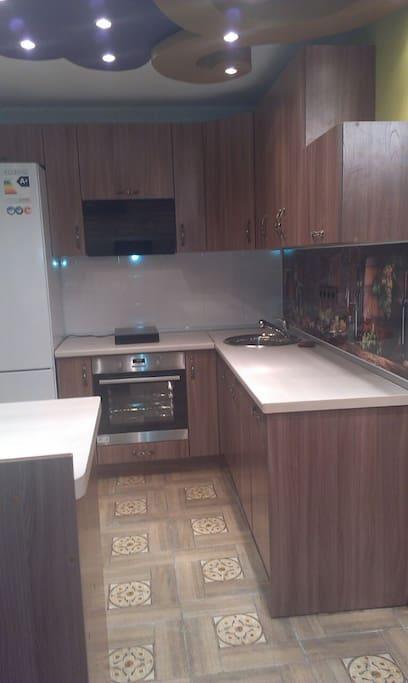 Это кухня. Вся бытовая техника новая. Стиральная машинка и посудомоечная машина встроены в мебель, поэтому не видны.