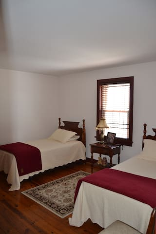 Single Room w/ Two Singles at Mama Carmen's House - Strasburg - Huis