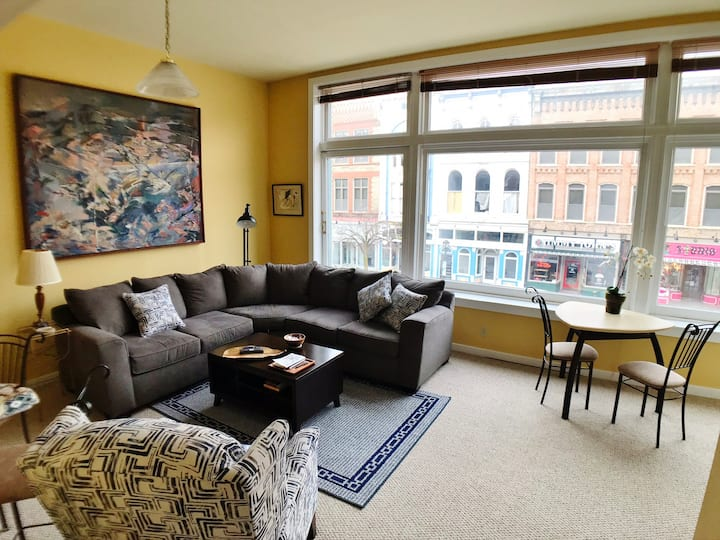Walk to Lincoln Sites~Private Downtown Apartment