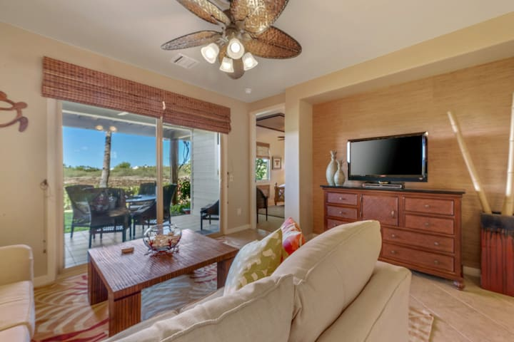 NEW LISTING! Luxurious condo w/resort pool/hot tub/gym/golf & amazing beach club