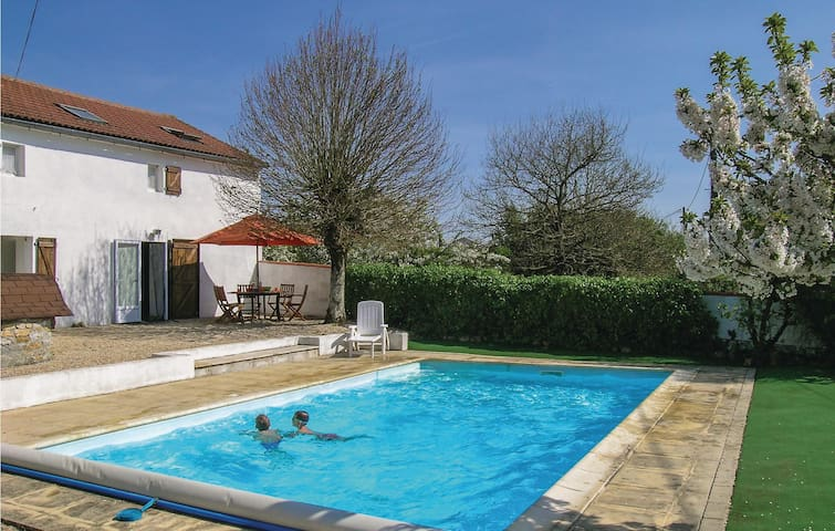 Holiday cottage with 3 bedrooms on 90 m² in l'Hermenault