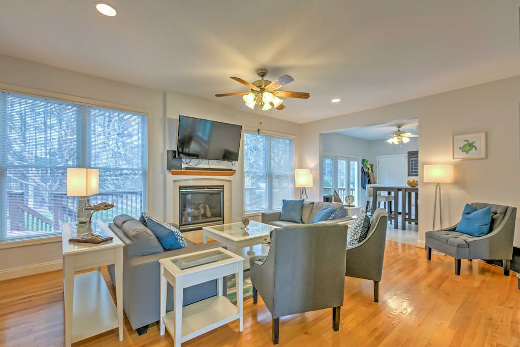 Lounge on the comfortable living room furnishings while watching one of your favorite movies or television series on the flat screen cable TV.