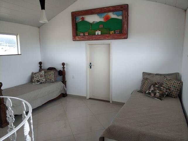 O 3º andar conta com um mezanino com mais 3 lugares para dormir. Esse ambiente utiliza ventilador de chão.