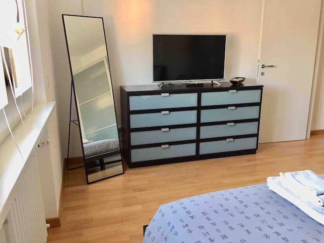 Camera matrimoniale con cassettiera, Smart TV e specchio