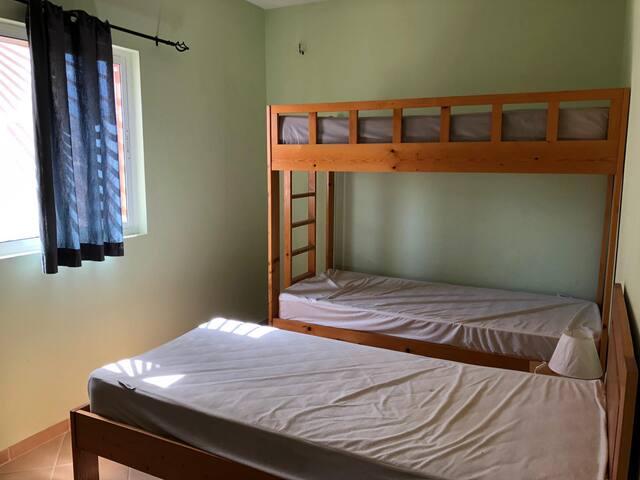 La chambre enfants ou il y a un lit superposé. Le lit du haut ne convient pas à un adulte.