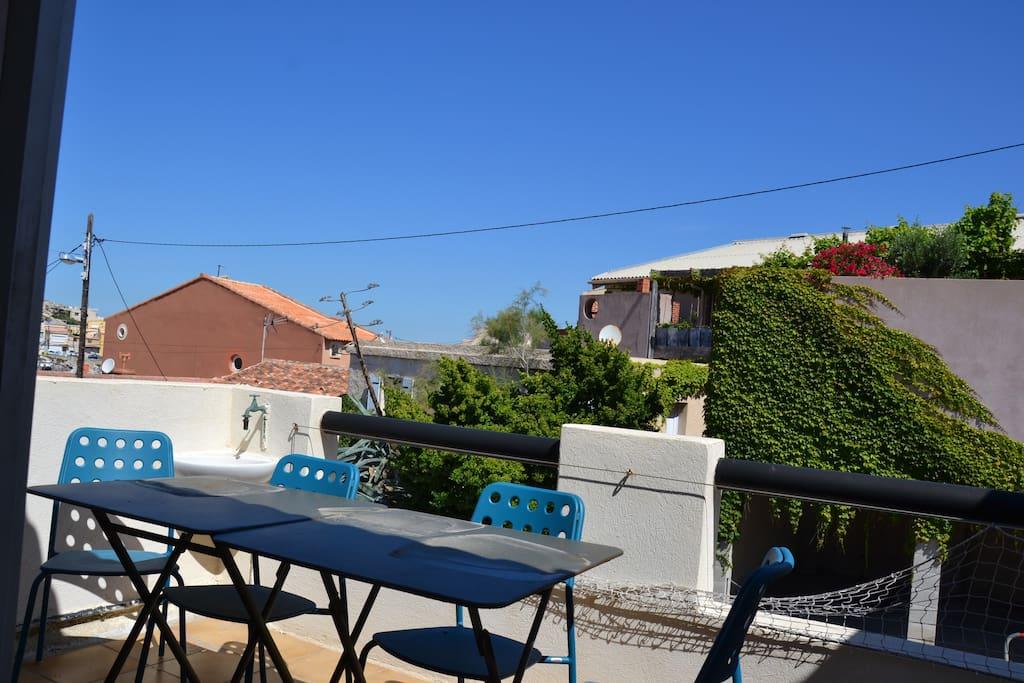 La terrasse avec table à manger pour 4