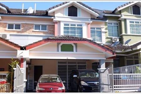 4R3B★DS Terrace House★UTM★Legoland★Group 6-10 pax