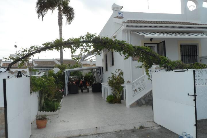 Petite maison    avec terrasse et solarium