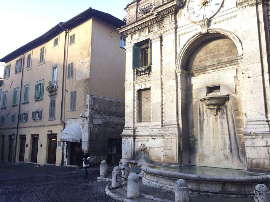 Palazzo Spiga sede dell'appartamento al piano nobile. La famosa fontana che è una delle mete delle visite turistiche.