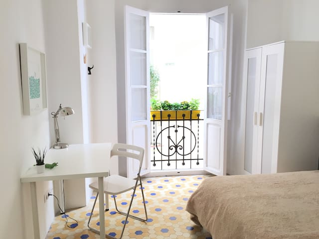Private room in a lovely city centred apartment