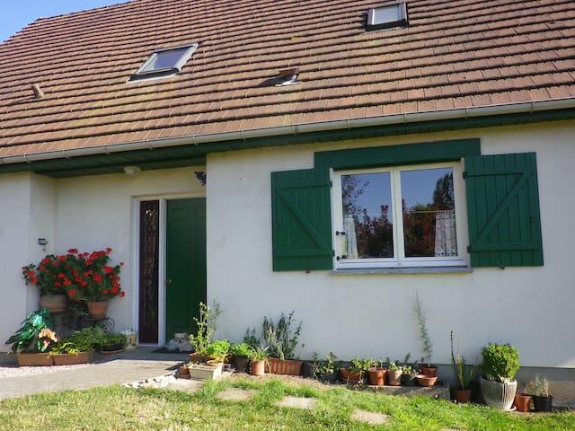 Halte à Hénouville village rural près de Rouen