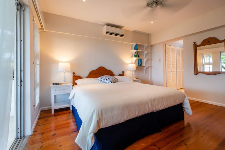 Master bedroom 1 with en suite bathroom - King size bed