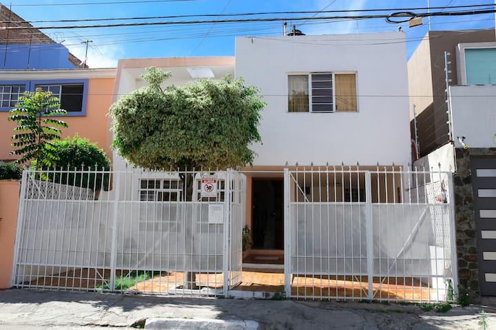 Habitación en casa residencia céntrica y ubicada