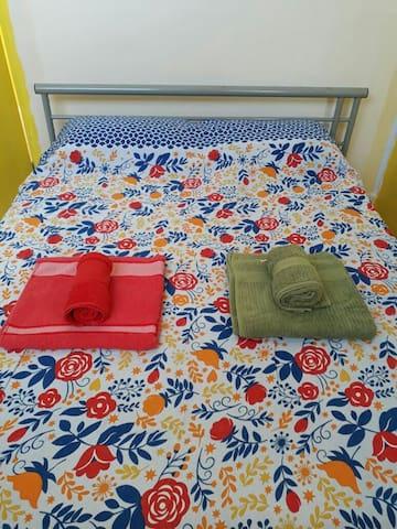 Enxoval lencol de elastico, lencol de cobrir, colcha sobre a cama, duas fronhas, duas toalhas de corpo e duas toalhas de rosto .  O mesmo para a colchao de criança. As toalhas, fronhas e lencol de cobrir serao entregues em sacos plasticos lacrados.