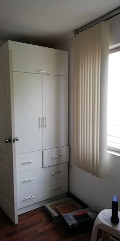 un armario con sus cajones funcionales, esas cosas del suelo se van :)