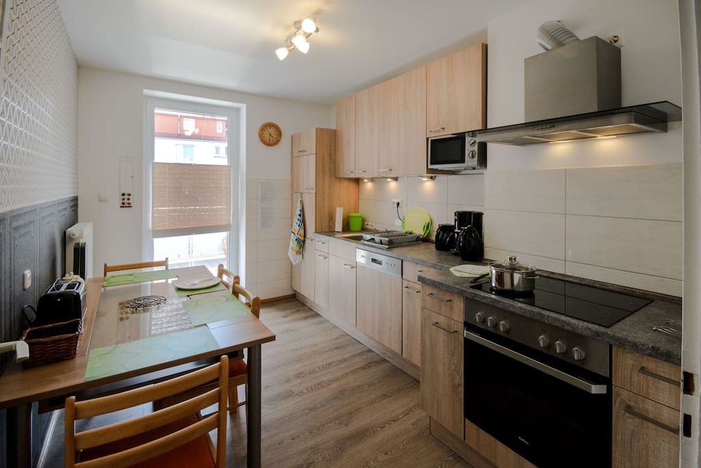 Vollständig eingerichtet Küche mit Zugang zum großen Balkon
