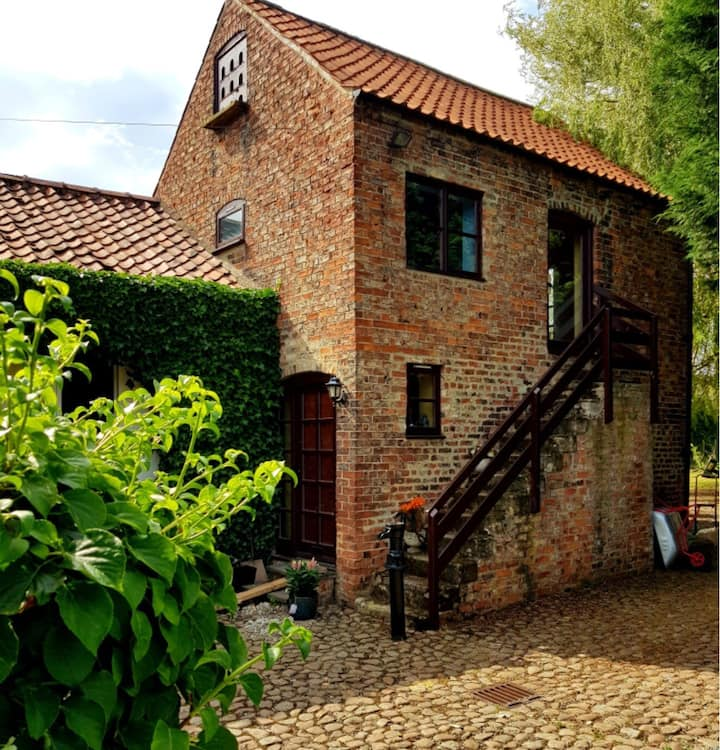 Dovecote Cottage. With tennis court. Dog allowed.